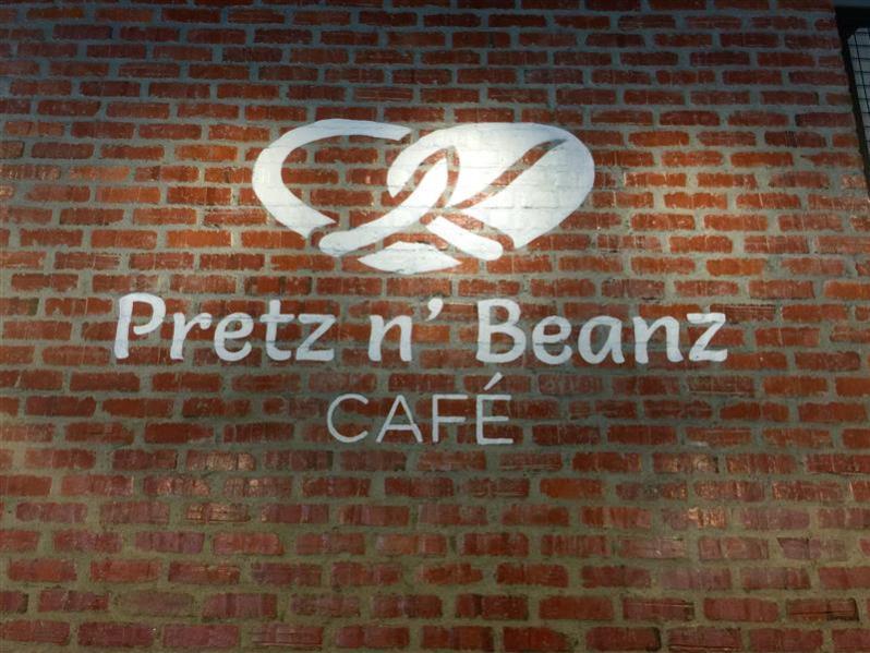 nama restoran yang tertera besar di dinding sebelah kiri