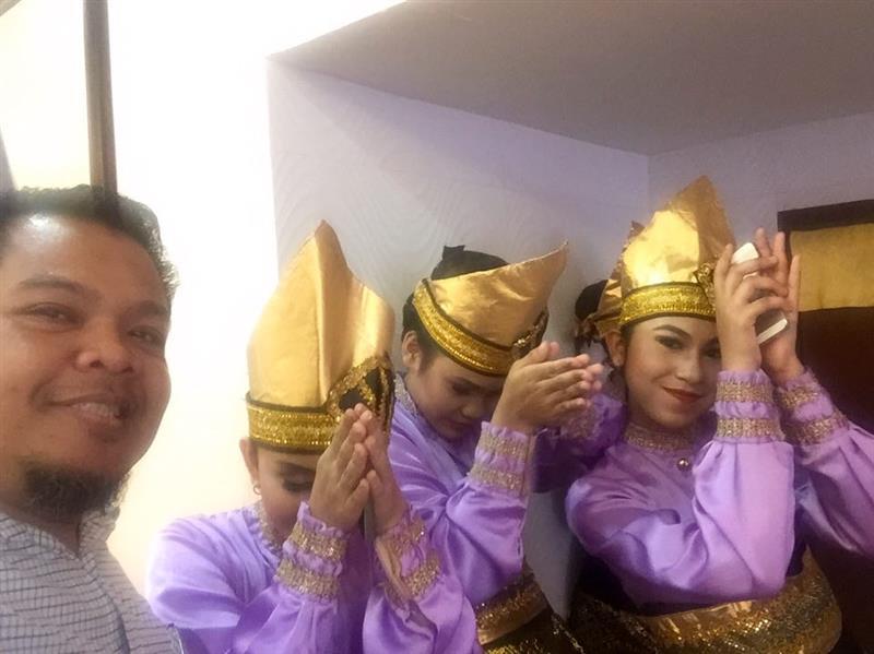 bersama adik manis penari daripada sekolah Indonesia Kuala Lumpur