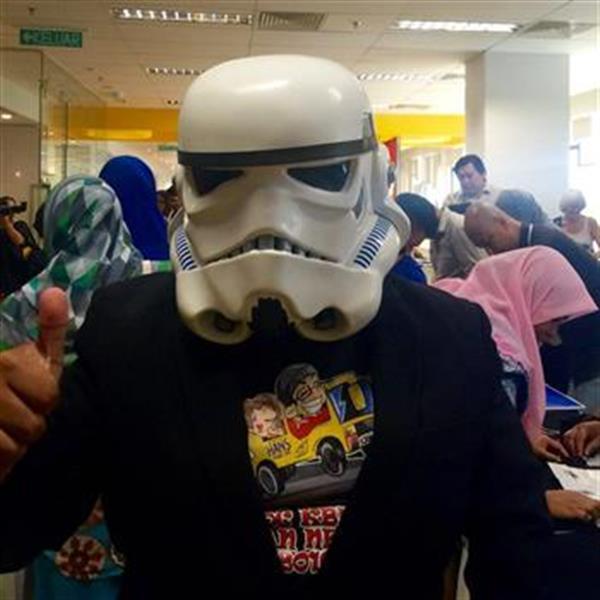 sempat memperagakan topeng Stormtrooper