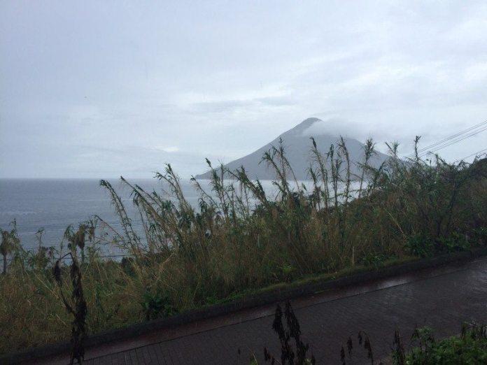 Gunung Kaimundake agak kabur kerana cuaca hujan