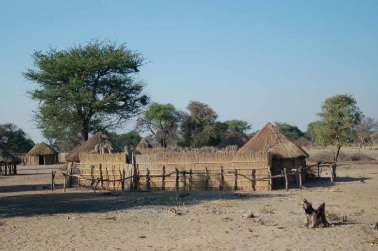 Botswana village - ExplorationVacation - 2005-09-19_01-20-10 more rondevals