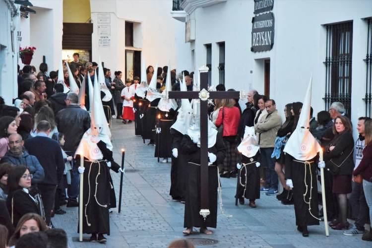 Nazarenos en verde y blanco el miercoles santo Vejer de la frontera, Cádiz, Spain Explore la Tierra Semana santa easter costume Spain