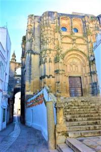 vistas iglesia church arcos de la frontera gothic moorish pueblo blanco Cadiz Explore la Tierra