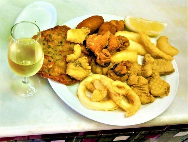 pescaito frito y tortillita de camarones