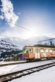 Die Grütschalp Bahn fährt zwischen Mürren und Grütschalp