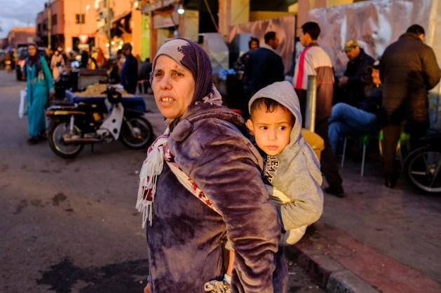 Eine Frau und ihr Sohn in der Abendsonne von Marakkech