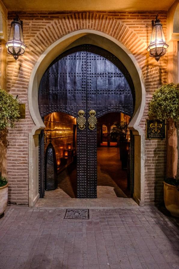 Das ist alles was man von aussen von der Riad sehen kann. Eine wunderschöne Eingangstüre