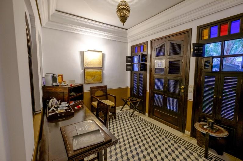 Der Eingangsbereich ist mit einem Arbeitsplatz sowie einer Kaffeemaschine ausgestattet.