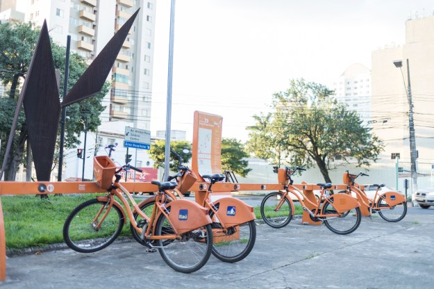 Photo 1: Boulevard Corporate Tower, a shopping center opened in 2010, houses a bicycle maintenance station with air pumps and outlets to recharge electric bicycles. Photo 2: Forty bicycle rental stations have been set up in the city center since the program was started in 2014.