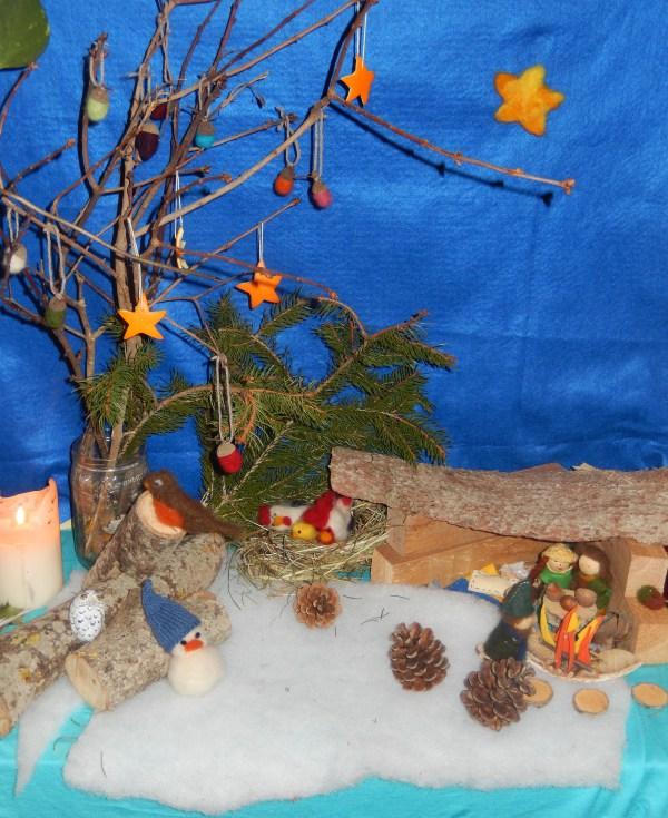 Table de nature de l'hiver : sapin, houx, paille, bois, laine feutrée, feutrine, pommes de pin