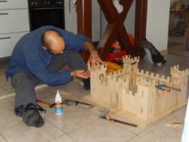 Coller, clouer les différentes parties en bois du château-fort