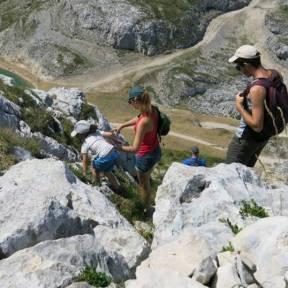 randonner marcher en montagne avec des petits