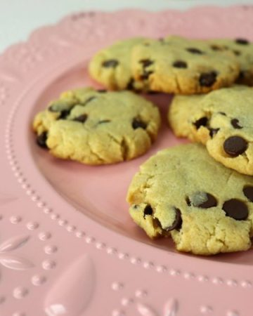 Best keto chocolate chip cookies on a plate #ketochocolatechip #lowcarbcookies
