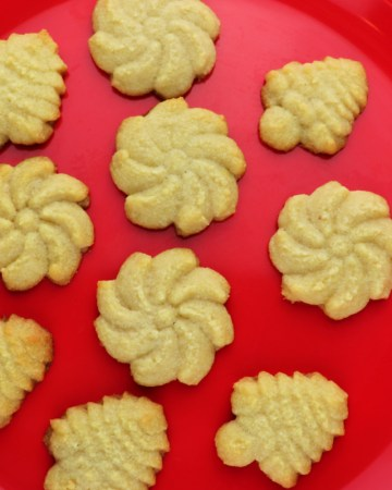 Keto butter spritz cookies are the perfect low carb Christmas recipe. Kid-friendly and super-easy holiday recipe. Keto recipe perfect for your keto plan. #ketorecipes #ketocookies