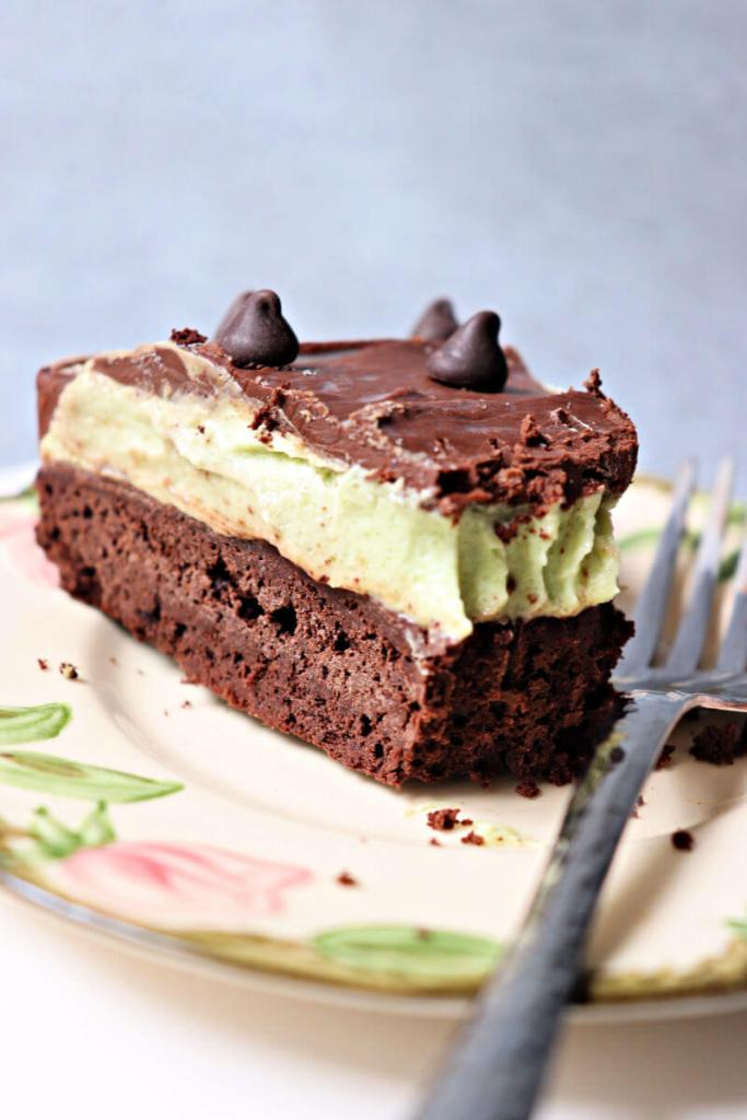 Deliciously creamy keto flourless chocolate grasshopper cake. Gluten-free, sugar-free, it's the perfect mint chocolate dessert for a low carb diet. #ketodesserts #ketodessertrecipes #ketocake