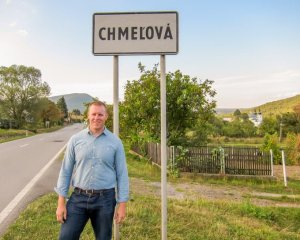 Patrick Jaszewski standing in front of the city sign of Chmelova