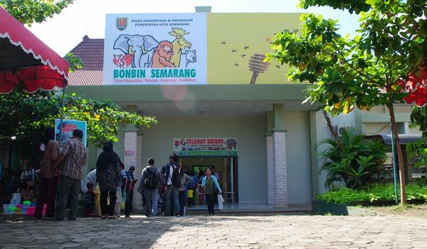 Pintu masuk Kebun Binatang Semarang