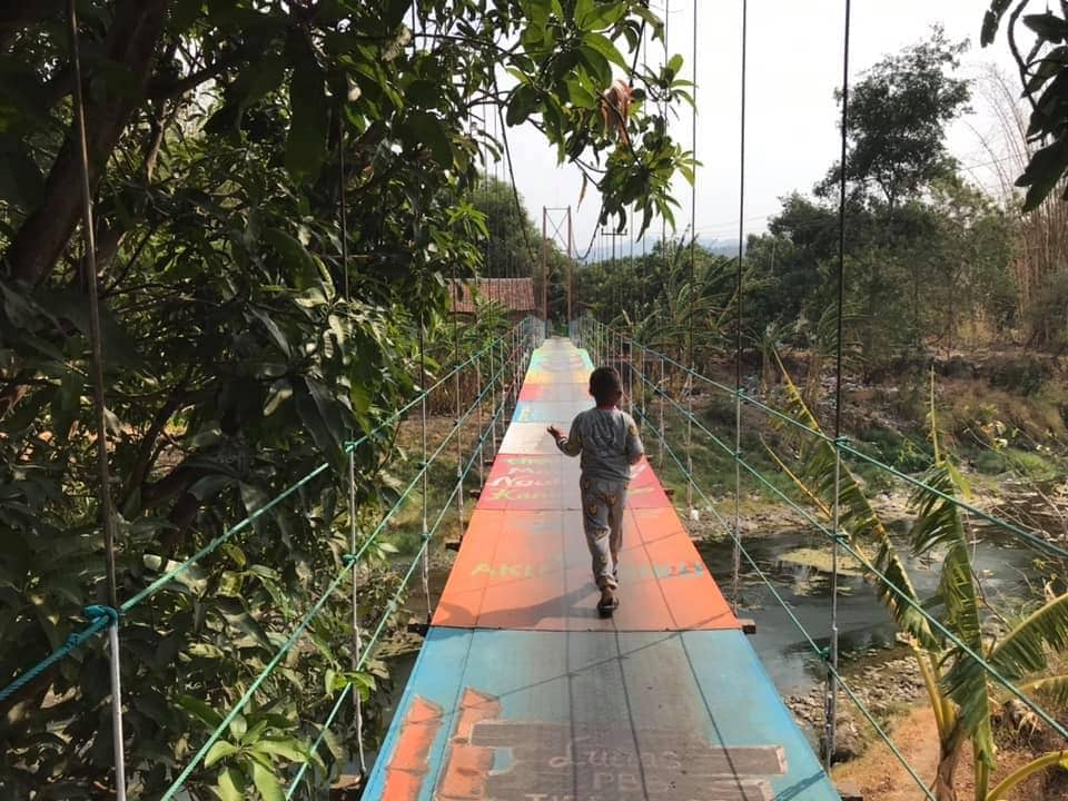 This bridge connects #pasirmuncang and #cikamarang together, providing steady supply between the two villages. #majalengka #westjava