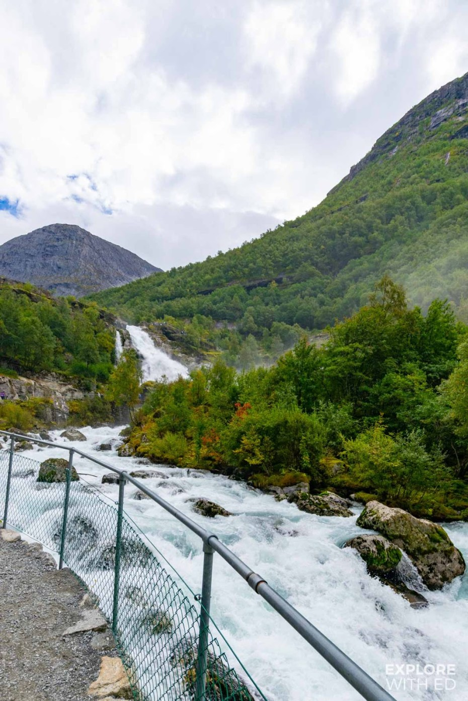The walking route to Briksdal along the river