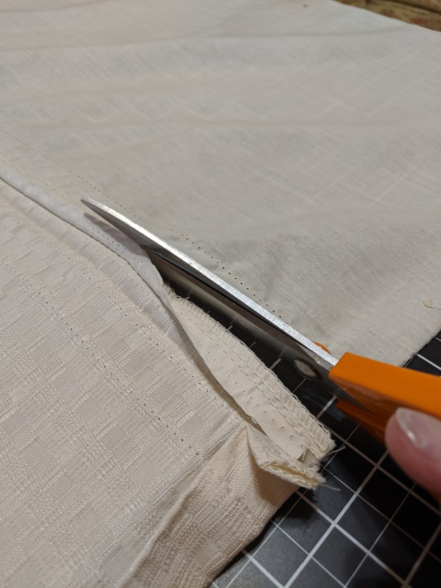 Cutting the lining on the fold line