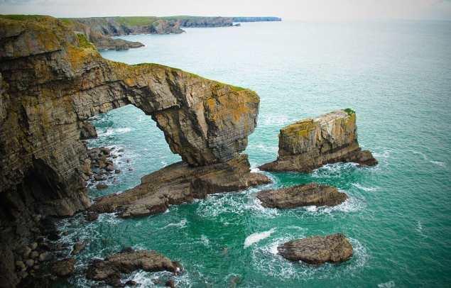 1024px-Green_Bridge_of_Wales_1_-_Pembrokeshire_2010