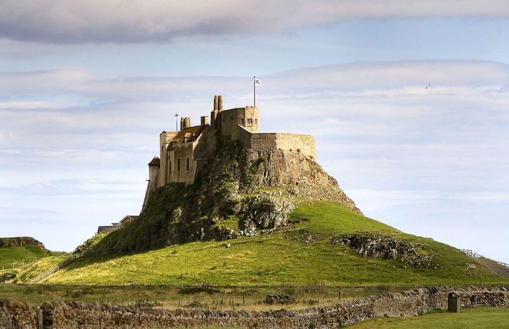 1200px-LindisfarneCastleHolyIsland
