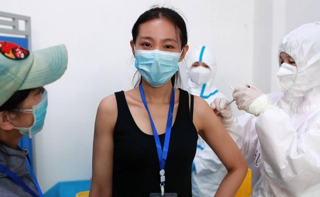 China prueba cinco vacunas contra el coronavirus en humanos