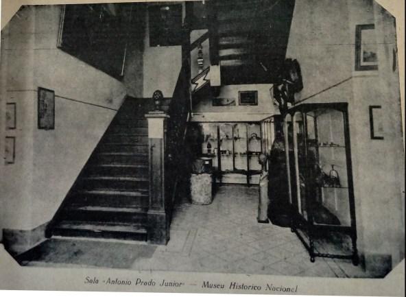 Foto publicada na matéria sobre a Sala Antônio Prado Júnior. Observa-se Maria Cambinda no chão, à direita.