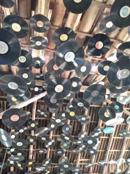 """O teto de discos """"voadores"""", já compartilhado com nossos leitores nas redes sociais. Foto: Aline Montenegro"""