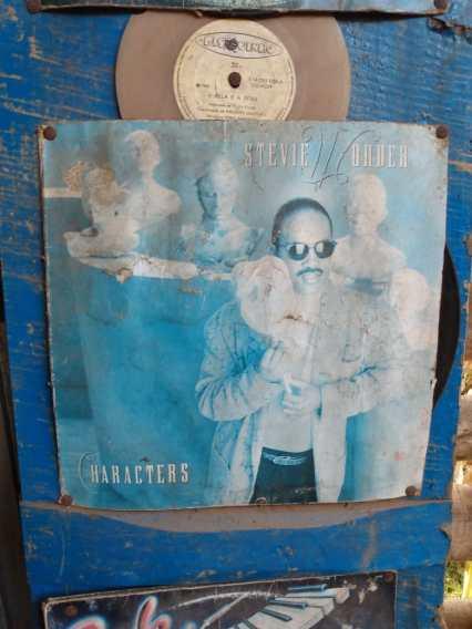 Capa de um vinil de Steve Wonder já deteriorada, presa com tachinhas enferrujadas na parede. Foto: Aline Montenegro