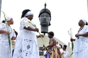 """Celebrações do Dia da Consciência Negra em frente à """"Cabeça de Zumbi"""", em 2017. Imagem disponível em https://agenciabrasil.ebc.com.br/direitos-humanos/noticia/2017-11/rio-tem-homenagem-zumbi-e-acoes-contra-racismo-no-dia-da"""