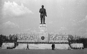 O monumento a Stálin em 1951. Foi construído como um presente de aniversário dos Húngaros para Stálin, em 1949. Fonte: https://es.wikipedia.org/wiki/Monumento_a_Stalin_(Budapest)