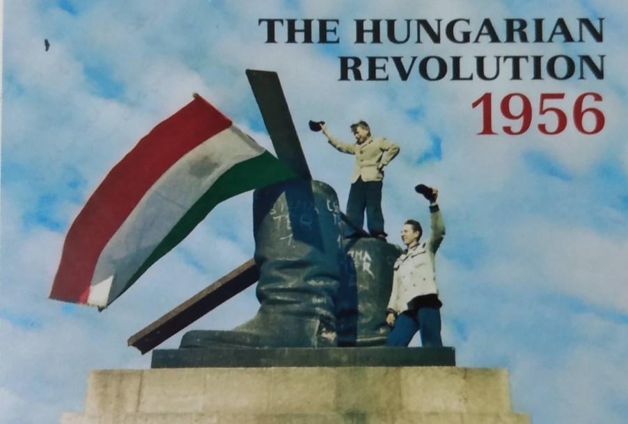 Foto colorizada. Capa do livro sobre a Revolução Húngara de 1956. Manifestantes que derrubaram Stálin, cravam a bandeira húngara nas botas que ficaram intactas. Foto retirada da propaganda publicada no Guia de visita.