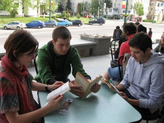 """""""Oneştiul citeşte - Lecturi urbane"""" la Biblioteca Municipală """"Radu Rosetti"""" Onești, judeţul Bacău, bibliotecar Doina Brumă. Proiect desfăşurat în anul 2011"""