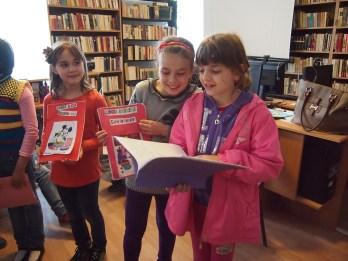 """Lansare de carte În fiecare an în săptămâna """"Școala altfel"""" biblioteca organizează în parteneriat cu instituțiile de învățământ din Medgidia o gamă foarte largă și diversă de activități. Una dintre acestea a fost și """"Mini-Lansarea de carte"""" a piticilor de la Școala Gimnazială """"I. L. Caragiale"""" din Medgidia. Fiecare a scris o carte pe care a prezentat-o în bibliotecă într-un mod foarte inedit. Cărțile din imagine sunt cărți de bucate. Biblioteca Municipală Medgidia, Filiala Nord, judeţul Constanţa, bibliotecar Alina Valentina Ocheană, 22 aprilie 2015"""