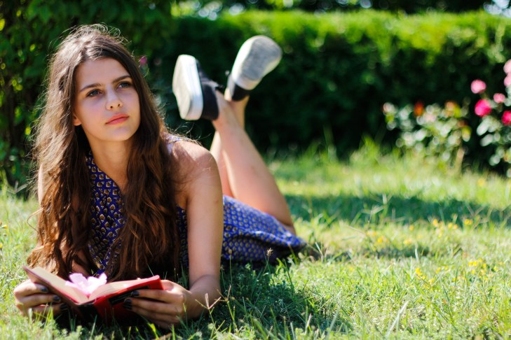 Biblioteca în aer liber dedicată adolescenților din Murfatlar (2 august 2016) Biblioteca Orășenească Murfatlar, bibliotecar Carmen Balaban
