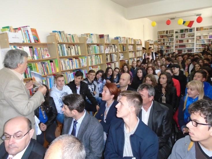 Întâlnirea adolescenţilor cu jurnalistul şi scriitorul Alexandru MIRONOV în cadrul proiectului ,,Săptămâna Bibliotecii Adjudene'', ediţia a XXXIII-a - 27 septembrie 2016 Biblioteca Municipală Adjud, judeţul Vrancea – directoare Tatiana Valea