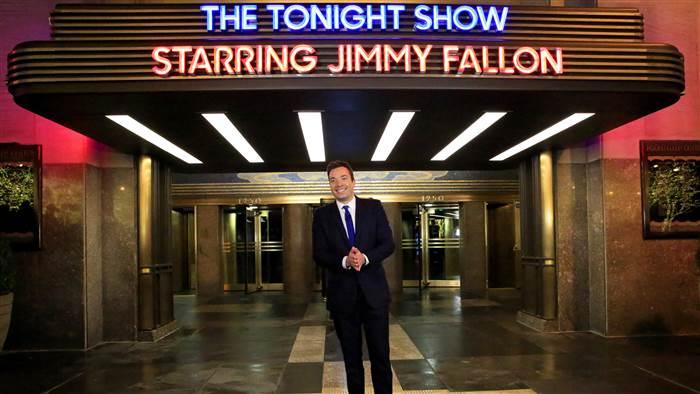 E esse é o Jimmy Fallon em frente ao prédio.