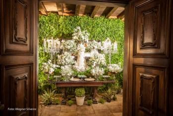 Decoração clássica para casamento, com tons brancos. Mesa do bolo enquadrada entre duas portas de madeira, por buffet Expresso Gourmet