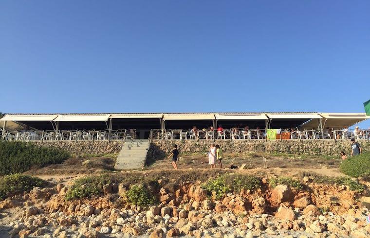 Vista del restaurante Es Bruc des de la playa de San Adeodato