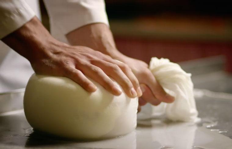 Otro de los ejercicios es moldear una pieza de queso a mano, a la antigua usanza