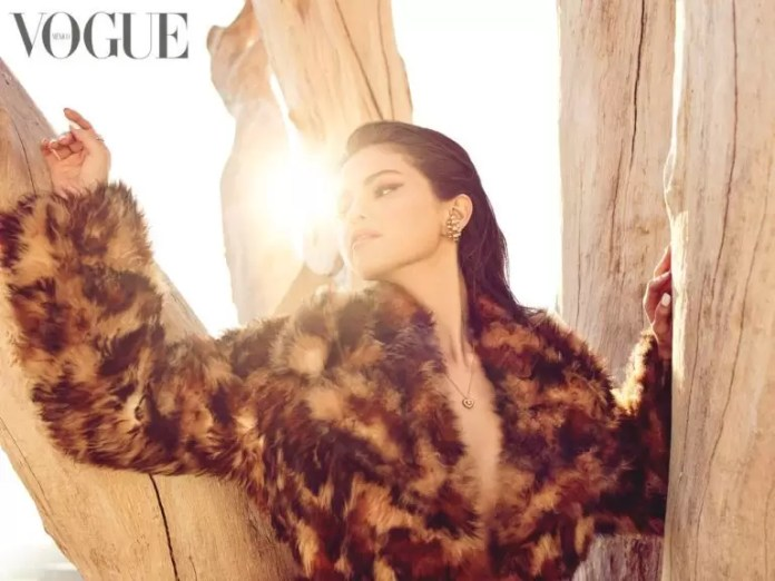 Selena Gomez Is Giving Us Major Christmas Vibes In Vogue Mexico's December-January Cover 2