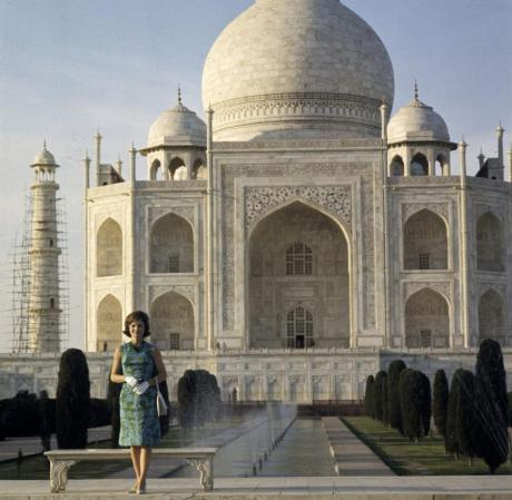 Jackie Kennedy in front of the Taj, March 1962 on exshoesme.com