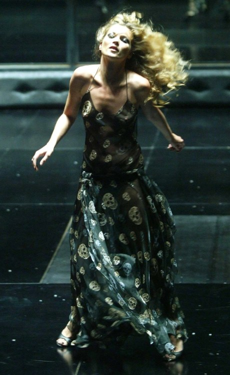 Kate Moss during the SS04 Alexander McQueen show on exshoesme.com