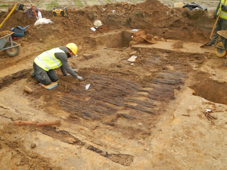 Het opgraven van een Belgisch/Franse shelter (1916-1917) is een werkje van lange adem. De goed bewaarde planken vloer moet heel voorzichtig worden blootgelegd. (Middelstraat in Zuidschote)