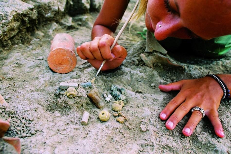 Archeologe in Tell Tweini behandelt ook de kleinste opgegraven voorwerpen met minutieuze zorg © prof. Joachim Bretschneider, KUL