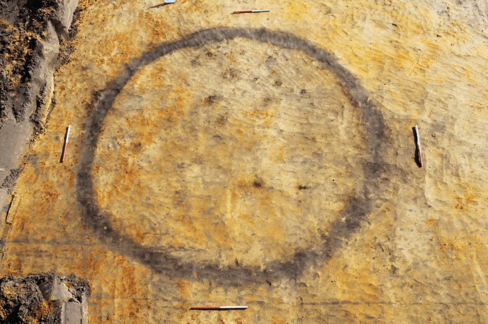 Luchtfoto van een van de opgegraven grafcirkels © Monument Vandekerckhove