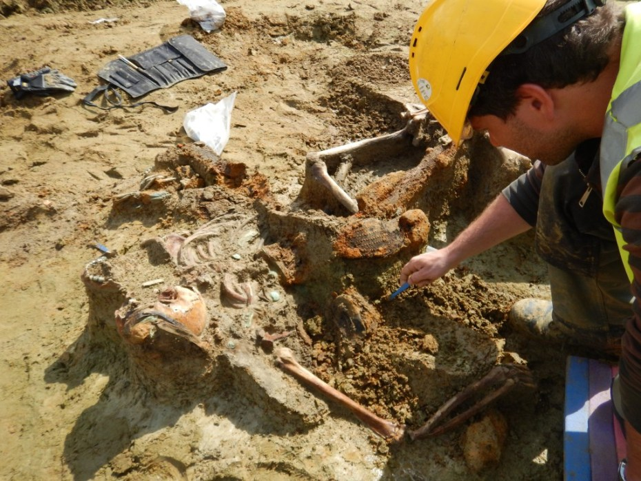 Een fysisch antropoloog legt met de archeologen de stoffelijke resten van de gesneuvelde soldaten vrij © THV MRG