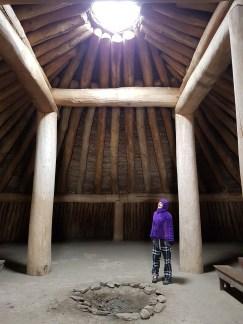 """Interieur van een gereconstrueerde """"earthlodge"""" van de Mandan. Dit soort grote ruimtes diende voor samenkomsten of ceremoniële doeleinden © Lotte Govaerts"""