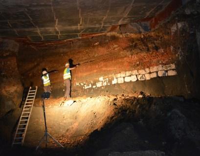 De fundering van de noordelijke voorzijde wordt vrijgelegd, diep in de tunnel © Stad Antwerpen, dienst archeologie